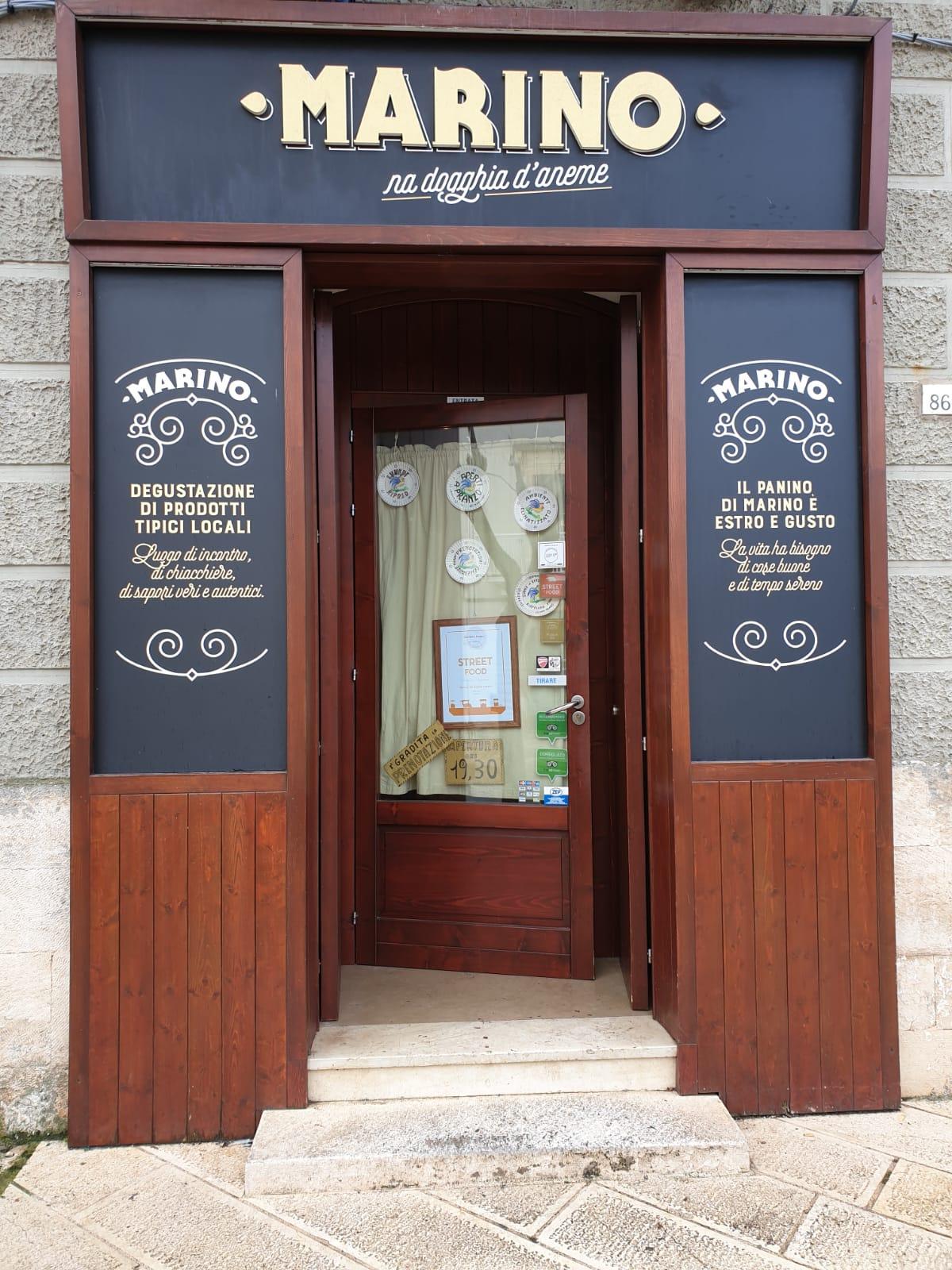 L'ingresso della bottega di Marino a Noci